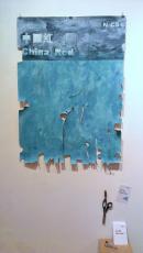 致人人色標 - 中國紅 Acrylic on canvas, cards, scissors, stapler 2013 Image courtesy of Solomon Yu