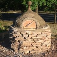 合作用回收水泥和當地陶土制作pizza 爐,放置在Knox社區農場供社區使用。