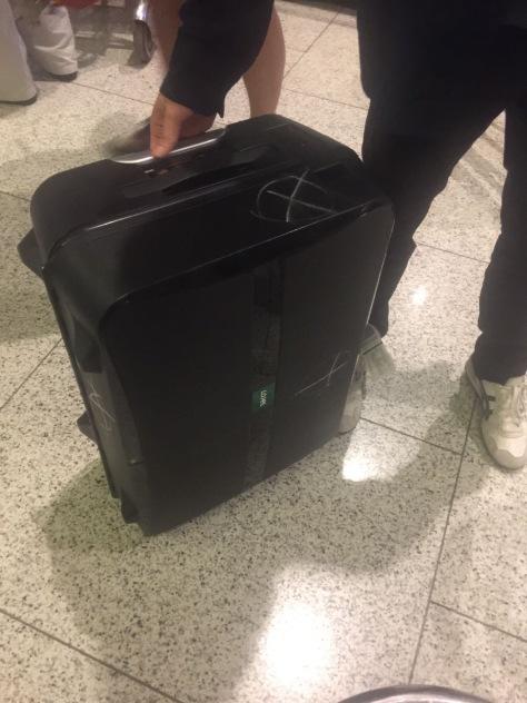 被人用粉筆畫上「X」標記的行李袋 (照片由陳佩玲提供)