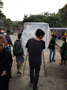 阿朱戰戰競競捧著約接通電子儀器的作品,向JJ 藝術學院進發