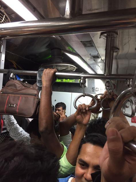 藝術家阿朱特別欣賞印度乘客的和藹可親與互助精神