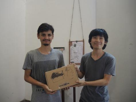 海狗把三個「流動電台發射儀器」轉讓了給一位剛畢業的藝年青藝術家和兩位學生